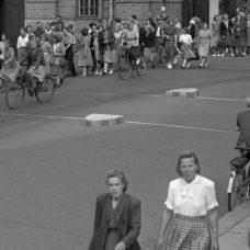 mustavalkoinen kuva, jossa on paijon naisia kadulla