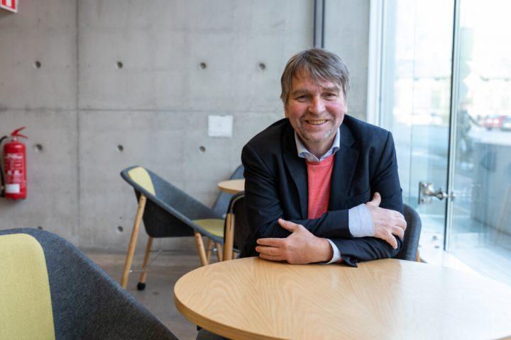 Professori André Sourander istuu pöydän ääressä Lastenpsykiatrian laitoksella