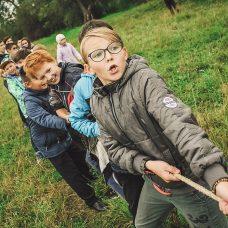 lapset köydenvedossa